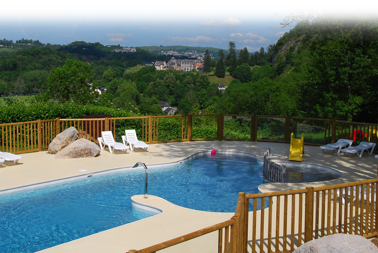 Campsite with heated swimming pool, panoramic view of the mountains, in Lourdes